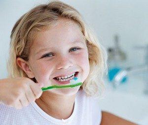 niña lavandose los dientes